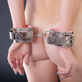 Бронзовые наручники с розовым мехом